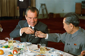 Image of Nixon toasting a drink with Chinese premier Zhou Enlai